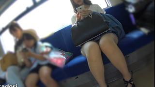 真‧偷拍神人!!在電車座位上就已若隱若現,忍不住跟著下車收錄好幾段才過癮!