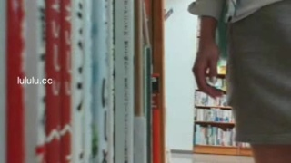 在人多的書店中,色妹偷偷的露出摳逼(一)