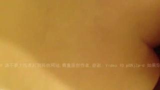 [國語]在家裏把白嫩的老婆操爽了趁她沒註意偷著拍的小露臉