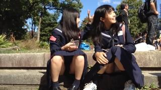 日本學生妹裙底走光偷拍 看這制服應該才國中 tube porn video