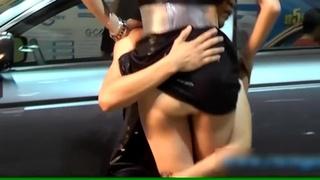 車模表演雙人舞 舞者舉高後裙子意外往上掀...正妹露出肉色__:很好摸的感覺