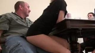 真他妈刺激,一边聊天一边屁股坐在自己爸爸的鸡吧上 上下摇动啪啪