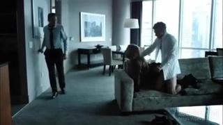 一走出門看到老婆被陌生男人插…不但不阻止還站在旁邊看!