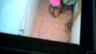 [浴室偷拍]【粉嫩紅豆】偷拍隔壁美女大學生洗澡!沒想到居然讓我看到「粉紅車頭燈」~這下賺到了~應該還沒被開發!