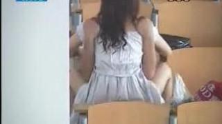 [偷拍露臉]情侶大學生~在無人大教室啪啪,過程全被錄下來!男主角臉好冏(有影)
