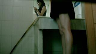 【線上看影片】趁周末人少大教室偷拍校花上廁所趕上來月經 ~~不虧是校花很注意形象不停照鏡子!!