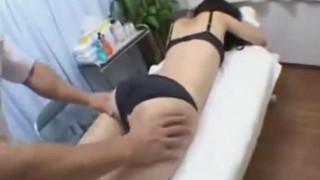 【線上看影片】無毛可愛幼齒女孩被按摩師給上了!