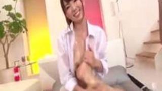 セクシーな女の子が大きなおっぱいであなたの足をマッサージ – 150hm.com