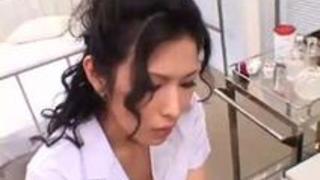 【激エロ乳動画】 居乳ドウガ無料えっちな女医がど派手なしたぎで誘惑!股間をペロペロ舐められながら自分でパイ揉みwボッキした竿をw美味しそうにしゃぶりwww