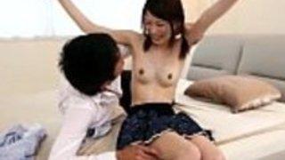 高齢者を虐待している日本のベイビー