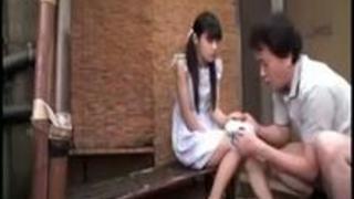 【激シコエロ動画】 美少女 まだ性知識が浅そうで無垢な黒髪ツインテールの美少女に詰め寄り、性的悪戯を仕掛ける男