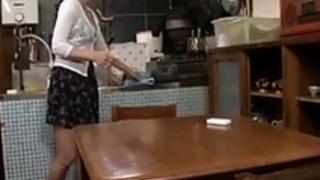 日本の主婦の熟女が息子の友人を誘惑する -  1