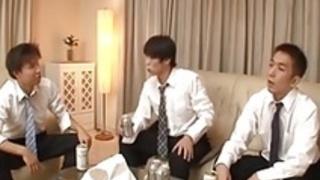 日本の主婦の熟女が息子の友人を誘惑する