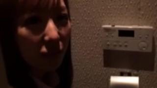 【唯川希】「エロいの…撮れてる?」男にカメラを渡し喫茶店で露出を愉しむ変態痴女JKがトイレでフェラ抜きを撮影させてる【JKアダルト動画】