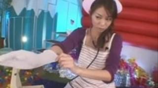長い手術用手袋の日本の看護師が前立腺と乳房の患者を働かせる