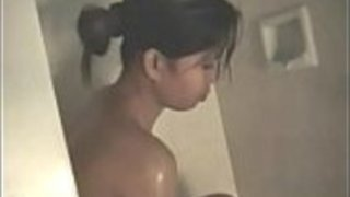 彼女がシャワーを浴びると、彼女の尻をこすったアマチュアのアジアのcuttie
