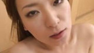 若い売春婦は彼女の口に暖かい精液を得るのが大好き