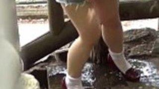 【盗撮動画】街中で発見!こんなキレイなお姉さんが道端でおしっこ漏らしちゃうなんて・・・一部始終をしっかり盗撮させていただきましたよww