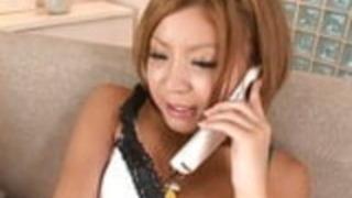 彼女が電話中にセクシーな日本のベイビーはマスターベーションをする