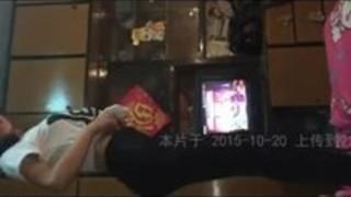 アジアの中国の恋人が中国で家で踊る