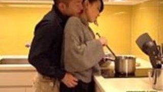 セレブな熟女妻は旦那の居ない時間に愛人を連れ込みキッチンでフェラやセックスまで行い精子を体で受け止める。