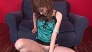 魅力的なメリ・カナミが彼女のおなかをディルドに乗せて