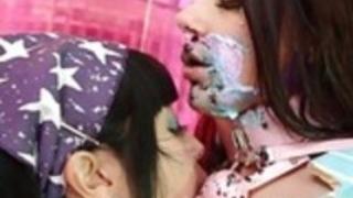 マリカとヴァレンティナはカップケーキのための彼らのレズビアンの愛を共有します