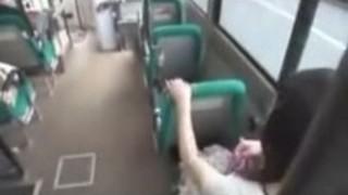 女の子が吸うとfuckls電車の中で男をした後、口の中で兼を取得します