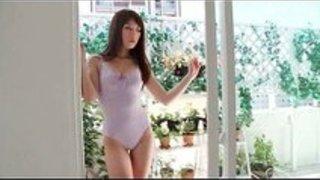 【】華奢な美しい娘がレオタード姿でバランスボールやベッドの上でゴロゴロするイメージビデオ