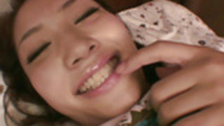 若いアジアの女の子は彼女の小さなおっぱいとタイトな猫と遊びます