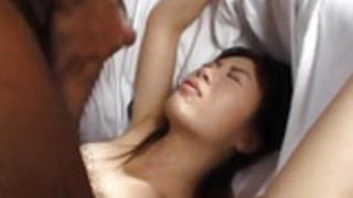 亜美西村は次のように犯された後に口の中に射精で終わります