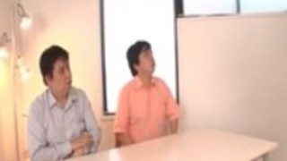 加奈子木村は二つの大きなコックにフェラチオを提供します