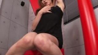 彼女は彼女の顔に吹き負荷を取得しながら、セクシーなベイビーはマスターベーション