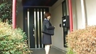 制服を着た雪乃は郵便配達人にフェラチオを与え、メートルで兼を取得します