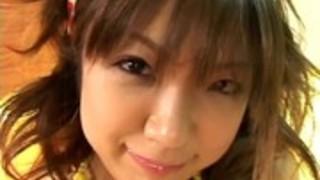 日本の十代の彼女の剃ったプッシーは無修正ハード犯される