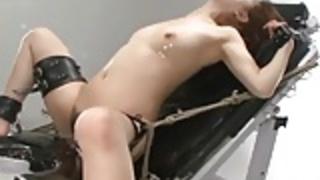 ボンデージで淫乱アジアのふしだらな女は、彼女のマフからかっを取得します