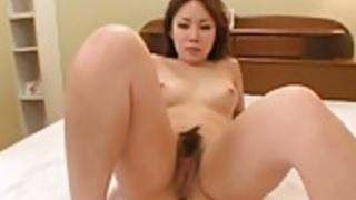 魅惑的な日本のティーンエイジャーは彼女のドレスストリップ