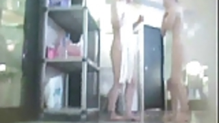 シャワー女性は裸公開