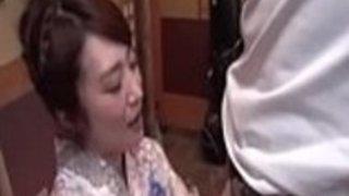 妻涼香篠田は、この男のお尻を吸うためにひざまずく