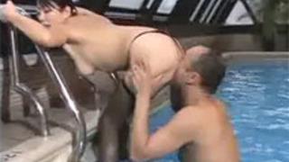 ヘンリー塚本水野さくら》デカケツ巨尻な社長秘書がプールで社長とセックス!デカケツクンニでイクっ!