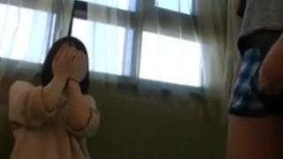 【SM・調教】恥ずかしがる韓流美女に巨根オナニーを見せつけて反応チェック!湿りだした下半身が我慢できずにお股を開き指でクリトリスを触りだすエッチな美少女!【エロ動画】