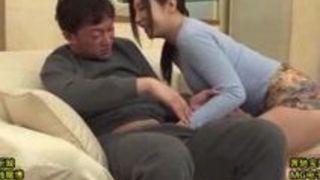 【佐々木あき熟女エロ動画】酔っぱらって息子の友人に襲いかかり舐めまわす美女ママ佐々木あき