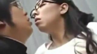 村上涼子:拒み切れずに受け入れる熟女妻。相手は息子の友達。淫らな性交、不倫セクロス