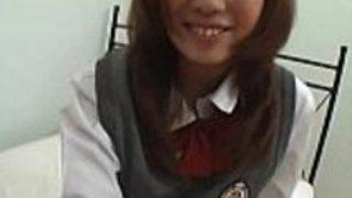 学校の制服の無邪気な女の子は、パンティーのアップスカートを点滅