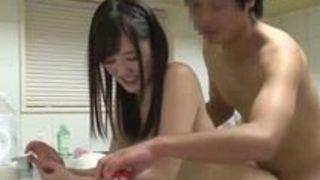 【鈴原エミリ寝バック】色白でエロい美尻の美人娘女子大生、鈴原エミリの騎乗位フェラ立ちバックプレイ動画。