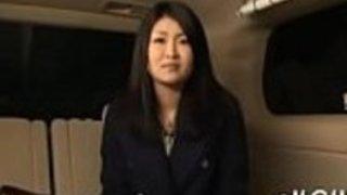 日本の母親は、彼女のタイトな愛の穴を壊すために二人の男性を得ることを望んでいる