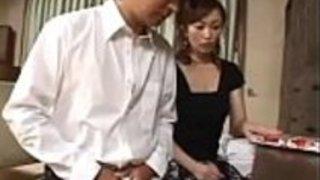 Pornallday.com - 驚くばかりの日本のママは、ポルノ雑誌でオナニーする夫の若いいとこを捕まえた