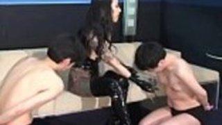 奴隷優子が日本の奴隷を乳首に引っ張る