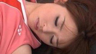 トレーニングルームで華奢な貧乳の少女が激しく手マンされチ○コを両手で手ヌキする|イクイクXVIDEOS日本人無料エロ動画まとめ